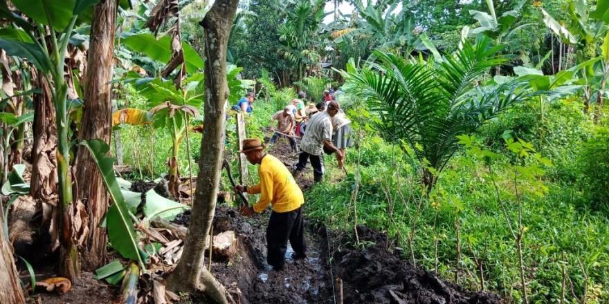 Kepala Desa Bersama Warga Gotong Royong di RT. 06